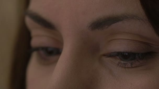 Detail ženské oči s kontaktními čočkami na tablet