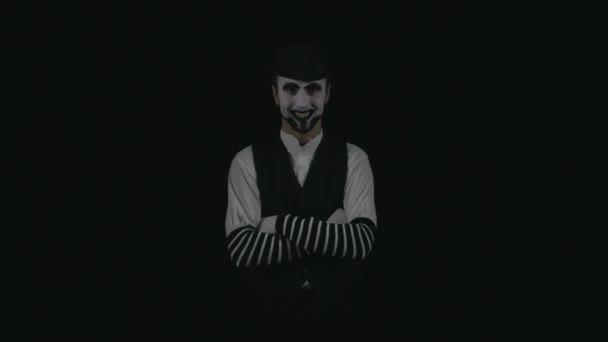Mladý legrační mime provedení úkonu pantomimy