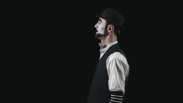 Junge lustige Mime zeigen und eine Komödie Pantomime Handlung ausführen