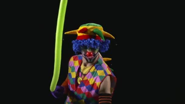 Fiatal a vicces bohóc, így egy kard, egy léggömb