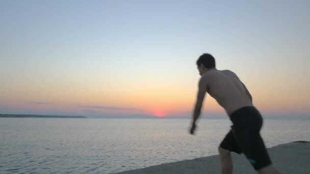 Člověk dělá Salto při skoku do moře