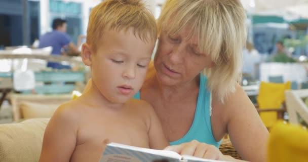 Dítě s babičkou a kniha