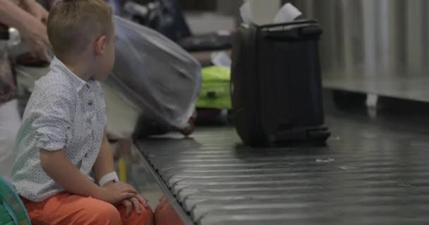 Malé dítě na reklamace zavazadel