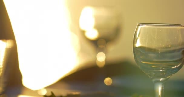 Lití a pitné vody při západu slunce