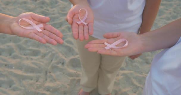 Tři ruce prsu povědomí stuha