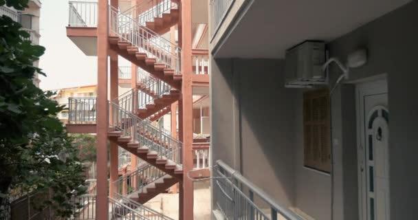 Pohled na balkon domu a venkovní schodiště