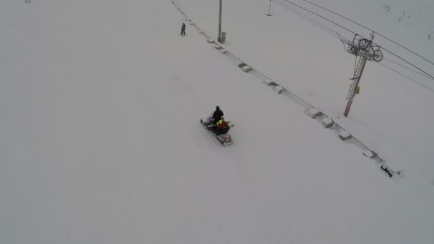 チェアリフト、スキー場stolsliften på en ski resort