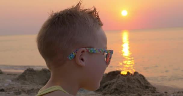 Vídeo Gafas Atardecer Sol Playa Lindo De En Al — Chico La OwknX08P