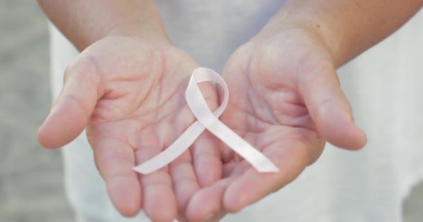 Geöffneten Hände halten Brustkrebs Schleife