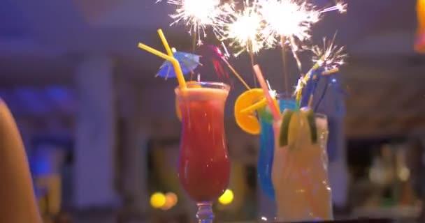 Kellnerin mit Cocktails mit Wunderkerzen