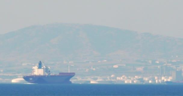 Nákladní loď plující po vodě