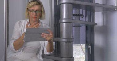 Зрелая женщина в лифте, порно фото зажимы на груди