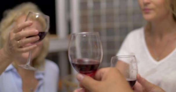 Lidé cinkání sklenic s vínem