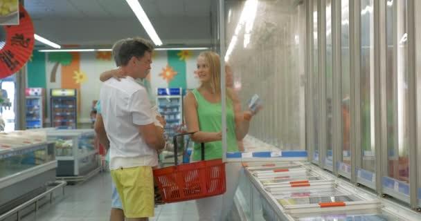 Rodina, nakupování v sekci zmrazené produkty