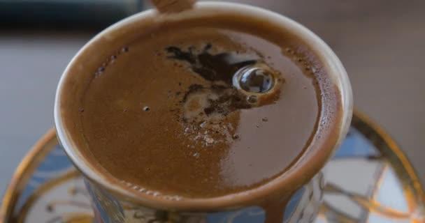 Uvedení hnědý cukr do kávy