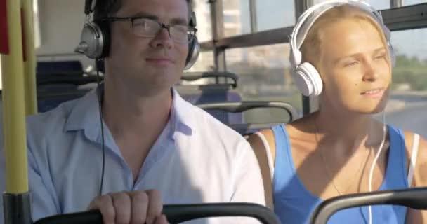Ingázók élvez zene a buszon