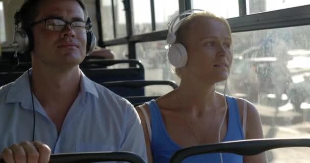 Autobus, dojíždění s hudbou