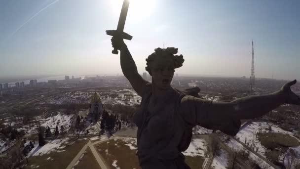 Mateřská země volá sochu proti jasném slunci