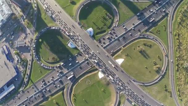 Letecký pohled na rušné dopravní křižovatky