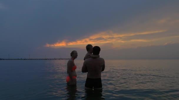 Mladá rodina s dítětem šla do moře
