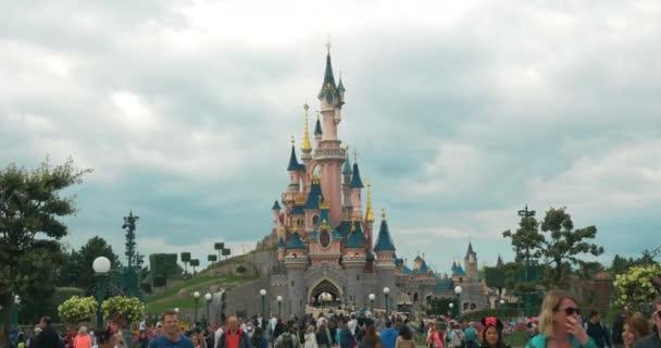 Dav lidí v Disneylandu v Paříži