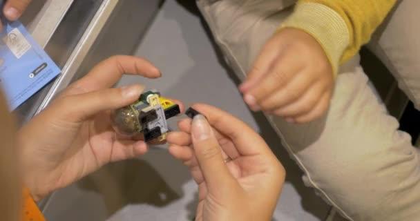 Matka dítě hraje s Lego hračky