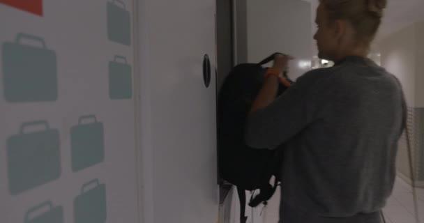 Matka a syn opouští cestovní taška do skříňky