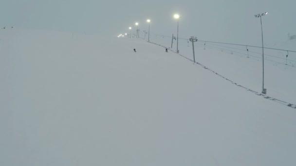 Sportovec lyžování svahu