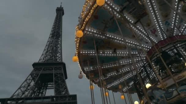 Eiffelova věž a kolotoč