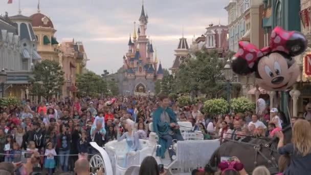 Dav návštěvníků v Disneylandu v Paříži