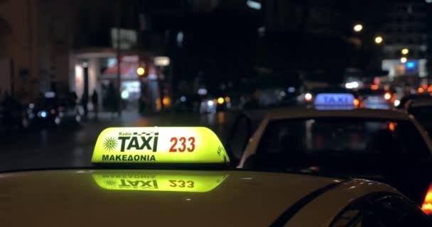 Večer na rušné silnici, kde se vozily auta a kde byla vidět kontrola taxislužby