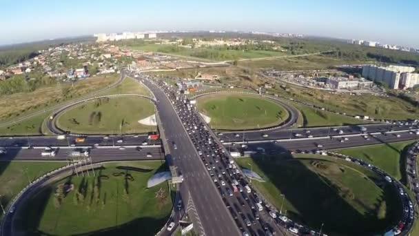 Pohled z vzduchu výměny silničních s městskou dopravou