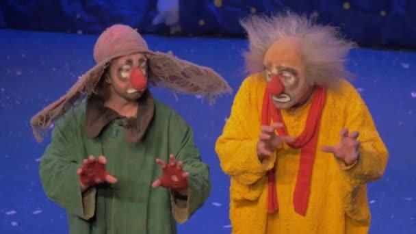 Na snow show Slava Polunin akty jsou dva klauni a začít líbit