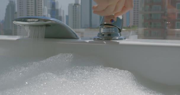 Vasche Da Bagno Water : Donna versando acqua in vasca da bagno con schiuma u2014 video stock