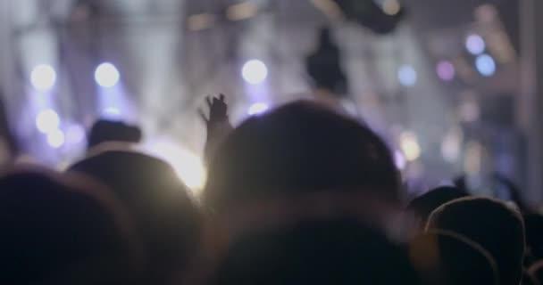 Közönség tapsolt rivaldafény ellen