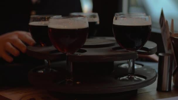 Pivní sklenice podávané na rotující zásobník