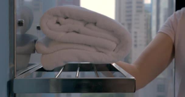 Hospodyně uvedení osušky v koupelně hotelu