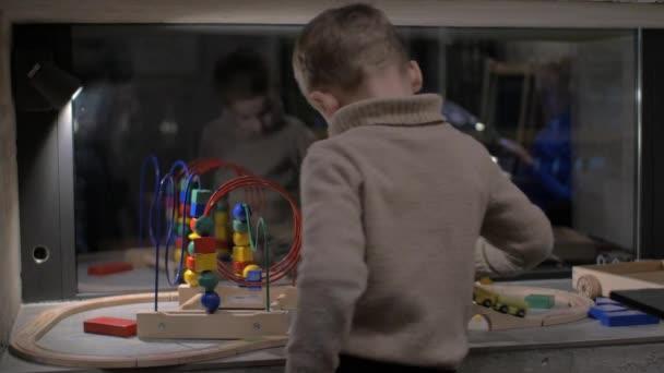 dítě hraje s hračkami, doma
