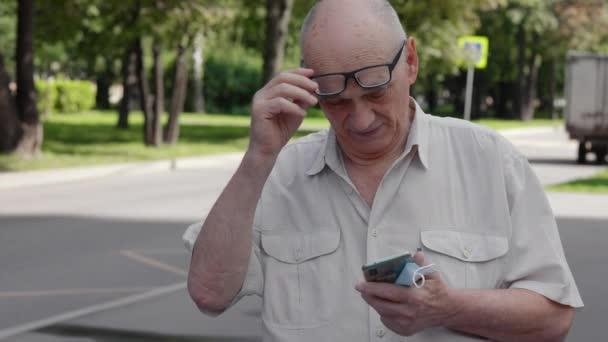 Senior versucht, das Telefon in den Griff zu bekommen