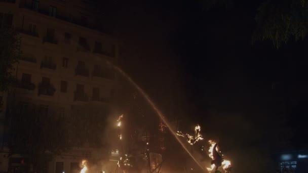 Tým hasičů hasí slavnostní ohně