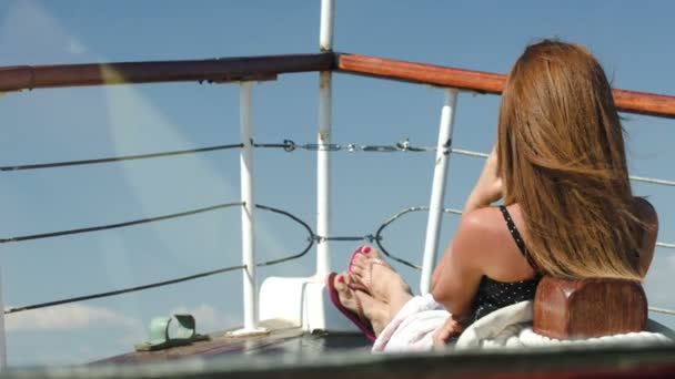 Žena sedí na palubě a užívat si panorama