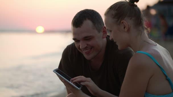muž a žena s tablet pc