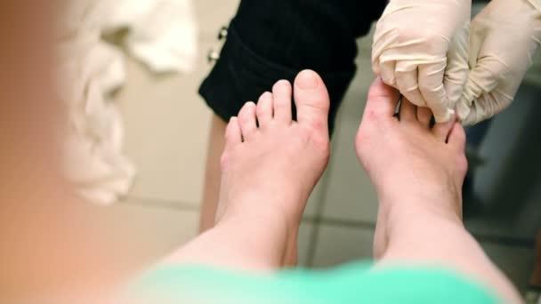 Ženské nohy při podání