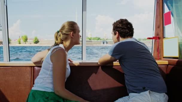 Pár utazás turisztikai hajóval