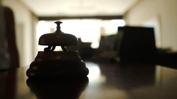 Žena, zvoní na zvonek na recepci