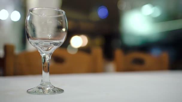 nalévání vína do skla
