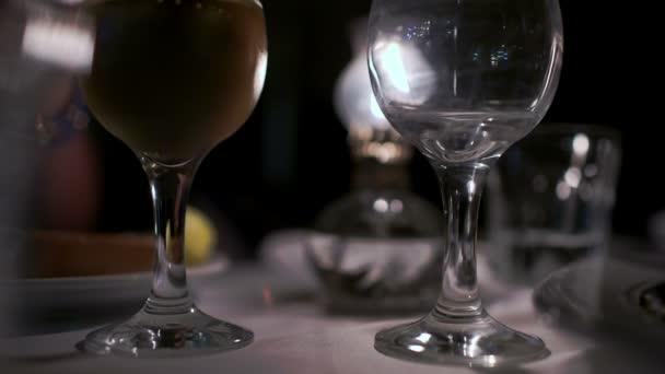 Nalil víno do skleněných v restauraci