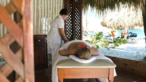 Žena se profesionální masáž na tropický resort