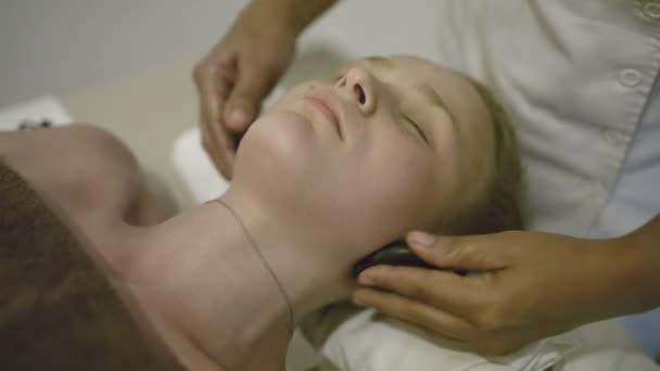 Nő alatt spa nyak masszázs