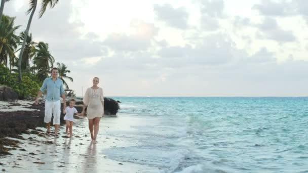 Rodiče a děti, procházky po pláži, drželi se za ruce